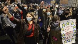 V Poľsku so zákazom potratov nesúhlasia, do ulíc vyšli tisícky ľudí