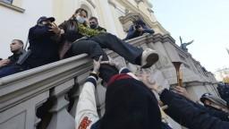 Poliaci nechcú sprísnenie potratov, protesty presunuli ku kostolom