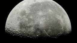 Predpoklady potvrdili nové štúdie, na Mesiaci objavili vodu