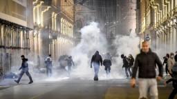 Dymovnice i fľaše. Proti turínskym ultras zasahovala polícia