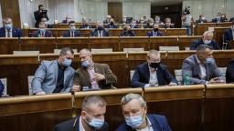 Nakazili sa poslanci koalície i opozície. Schôdza NR SR sa odkladá
