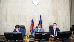 Rokovanie vlády o pandemických dávkach i civilnom poriadku