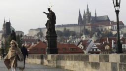 V ČR zakázali vychádzanie, stovky ľudí protestovali na námestí