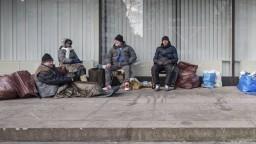 Nevynechajú ani bezdomovcov. Organizácie však nemajú dosť informácií