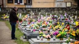 Dušičky budú tento rok iné. Rituál návštevy cintorína treba nahradiť
