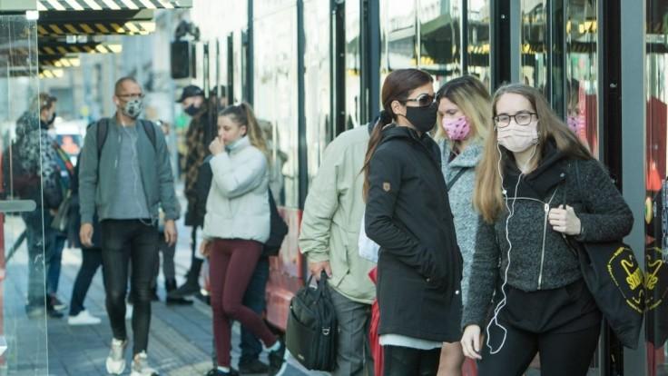 Česko hlási množstvo úmrtí a vyše 13 000 nových prípadov