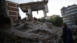 Spod trosiek zachraňovali živých. Zemetrasenie najviac zasiahlo Izmir