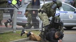 Polícia v Bielorusku tvrdo zasiahla, padli aj varovné výstrely