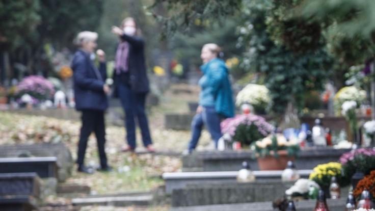 Cintorín, pre ktorý sa sporili minister a primátor, strážili. Padli i pokuty