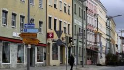 Európa zavádza prísne opatrenia, situácia v ČR sa mierne zlepšuje