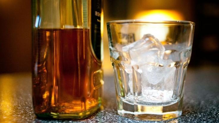 Polícia poľuje na tajné žúry, kde mladí pijú z jednej fľaše