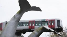 Súprava metra aj s vodičom zostala visieť na soche veľryby