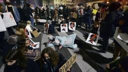 Vo Varšave opäť protestoval rozhnevaný dav, premiér vyzýva na dialóg