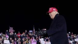 Kampaň v USA vyvrcholila, Trump navštívil kľúčové štáty