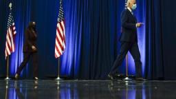 Bidenov tím verí víťazstvu, Trump chce napadnúť výsledky
