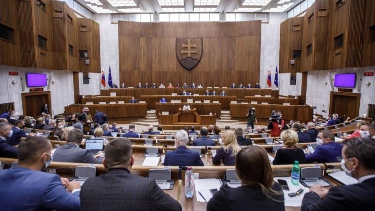 Vírus obmedzil parlament, návrhy nepredloží koalícia ani Smer