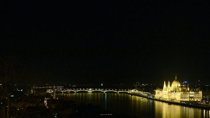 Maďari zavádzajú zákaz nočného vychádzania a zhromažďovania