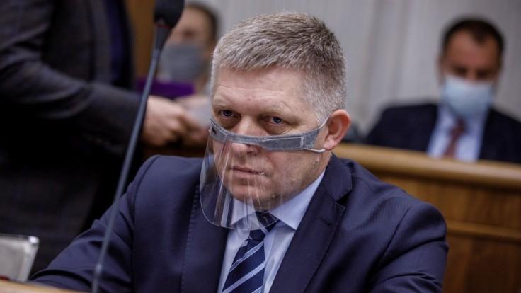 Fico sa sťažoval v pléne na novinárov: Fotia si naše mobily