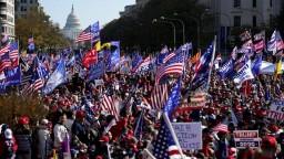 Ulice zaplnili podporovatelia Trumpa. Rastú obavy z konfliktov