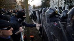 Pri úrade vlády lietali fľaše, ťažkoodenci zadržali poslanca ĽSNS