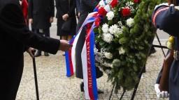 November si pripomínajú aj v Česku, Národnú triedu zdobia kvety