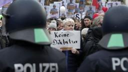 V Berlíne protestujú proti opatreniam, polícia použila vodné delá