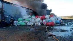 Plamene zachvátili halu s odpadom, z miesta sa valil čierny dym