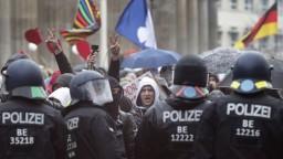 Odporcovia opatrení sa zišli na protestoch, niektoré zakázali