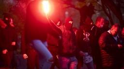 Premiér ukázal hákový kríž z protestov, má sa tým zaoberať polícia