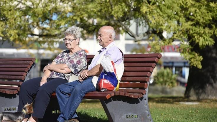 Seniori nebudú musieť každoročne žiadať obec o odpustenie dane