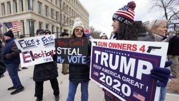 V USA uzatvárajú výsledky volieb, šanca na úspech Trumpa je malá