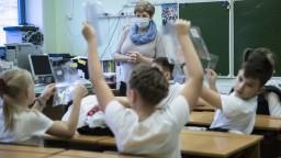 Deti sa majú čoskoro vrátiť do škôl, nahradí výtery kloktanie?