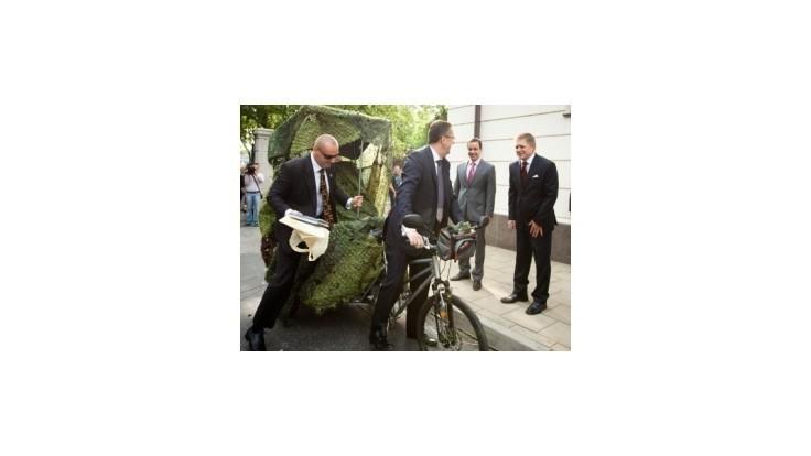 Fico prišiel do práce pešo, Glváč priviezol v rikši ochrankára