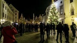V hlavnom meste ožila vianočná atmosféra, rozsvietili stromček