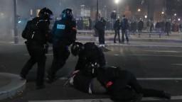 Policajtov obžalovali. Zbili hudobného producenta tmavej pleti
