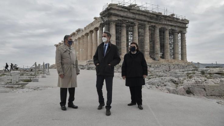 Premiér Grécka porušil pravidlá. Bol na výlete a fotil sa bez rúška