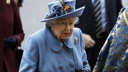 Británia schválila vakcínu, zaočkovať sa dá aj kráľovná
