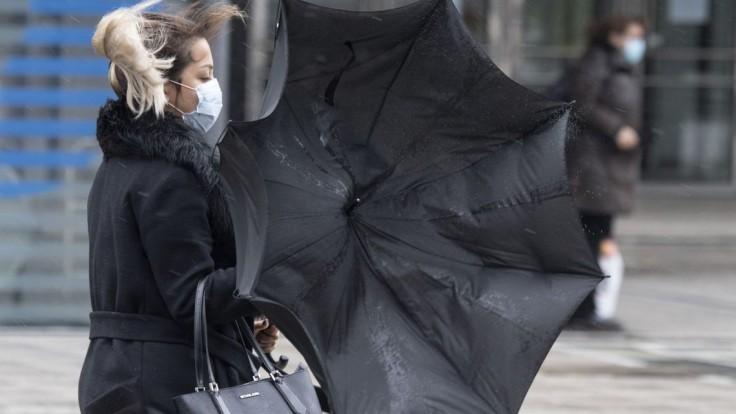 Bude veterno, varuje SHMÚ. Fúkať má vo viacerých okresoch