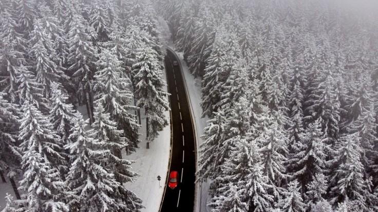 Pod lavínou zahynul lyžiar. Alpské oblasti zasiahlo husté sneženie
