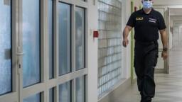 Obvineného exšéfa polície operovali, vo väznici sa mal zraniť