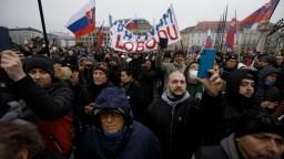 Vírus silnie. Stovky ľudí v Bratislave protestovali bez rúšok
