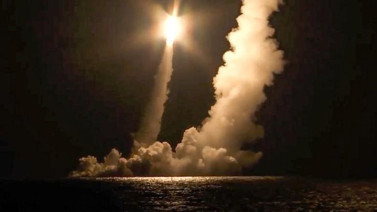 Rusi otestovali svoje námorné sily, strieľali z ponorky Monomach