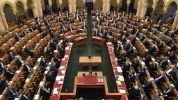 Maďarsko pritvrdzuje voči sexuálnym menšinám, zakazuje aj adopciu