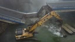Po zrútení mosta musia chodiť obchádzkou, tá je však nebezpečná