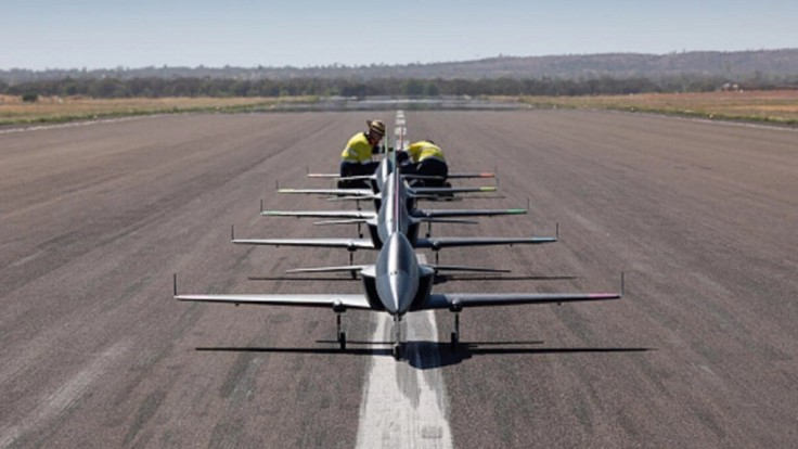 Boeing testuje letku 5-tich autonómnych mini-prúdových lietadiel
