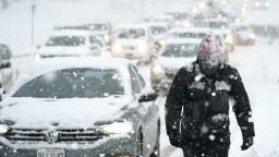 Búrka v USA paralyzovala dopravu, mnohé autá uviazli na cestách