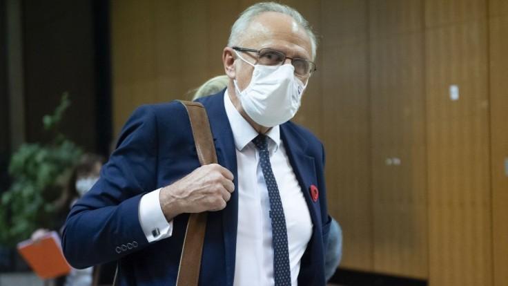 Neutíchajúci kašeľ a teploty. Ministra hospitalizovali v nemocnici