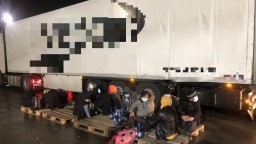 Na východe zadržali 11 migrantov, v nákladiaku cestovali ideti