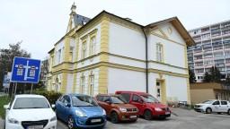 Zrenovovali budovu knižnice, je jediným historickým symbolom v meste