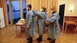 Európa očkuje. V Taliansku dostala ako prvá vakcínu mladá sestra